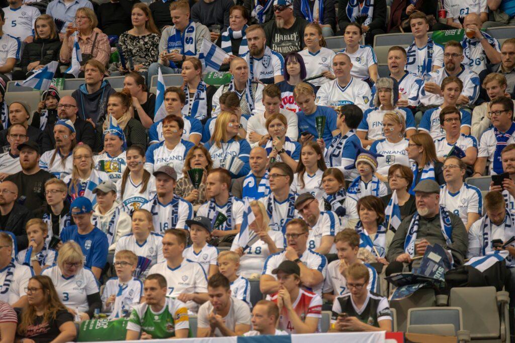 Ryhmä suomalaisia katsomassa urheiluottelua